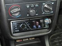 Фотография установки магнитолы Pioneer DVH-730AV в Peugeot 406
